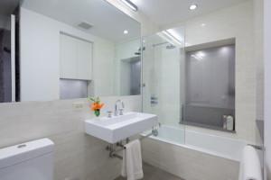 contemporary bathroom4 300x200 20 Desain Kamar Mandi Dengan Bathtub Terbaru