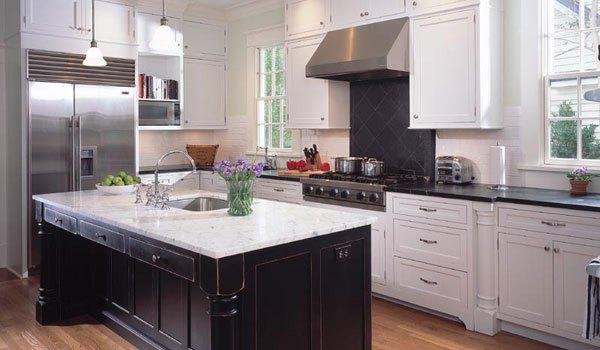 tampilan dapur luar biasa dengan kabinet putih