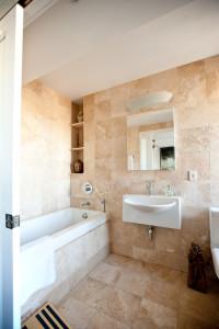 traditional bathroom4 200x300 20 Desain Kamar Mandi Dengan Bathtub Terbaru